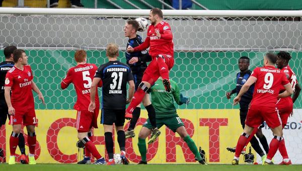 Der Hamburger SV feiert Pierre-Michel Lasogga