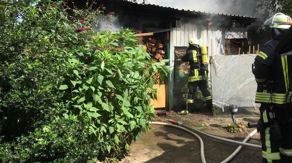 Wallen: Feuer in Hütte mit Brennholz