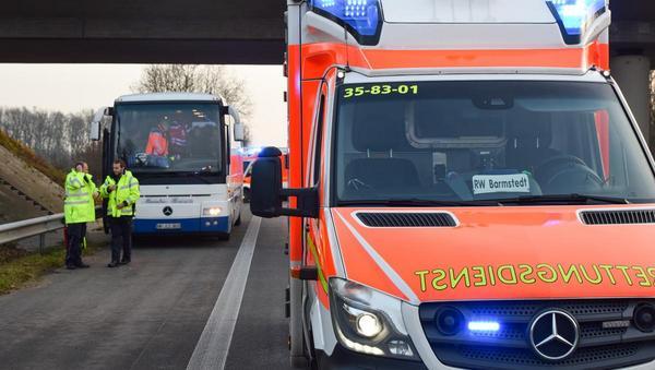 Bus mit Schülern auf der A23 verunfallt: Mehrere Verletzte