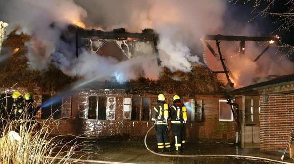Feuer zerstört Reetdachhaus – Bewohner vermisst