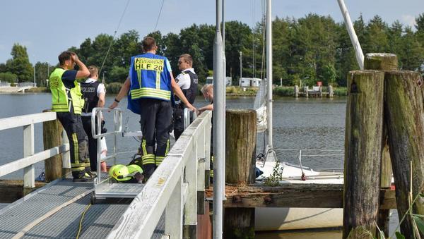Boot schlägt leck: Feuerwehren im Einsatz