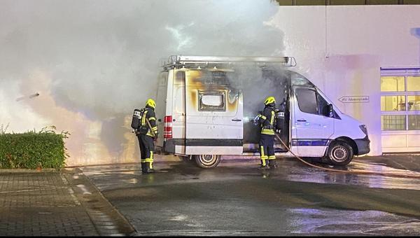 Feuer am Kreishaus: Wohnmobil in Flammen