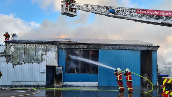 Lagerhalle neben Testzentrum in Brand geraten