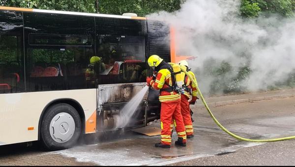 Bus brennt während der Fahrt