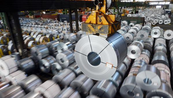 Materialmangel bremst die Industrie: Wirtschaftsforscher mit rosaroter Brille