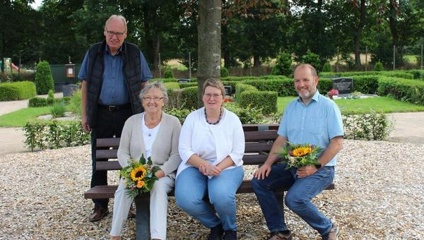Neue Sitzbänke auf Sarzbütteler Friedhof