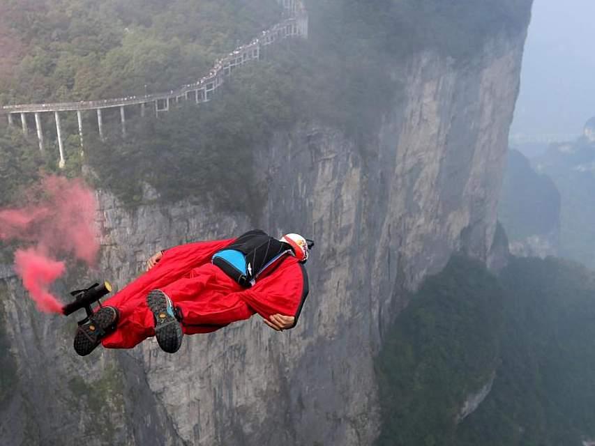 Dann doch vielleicht lieber Holzklasse fliegen? Ein Wingsuit-Akrobat bei einem Wettbewerb im chinesischen Zhangjiajie. Foto: Zhou Guoqiang/XinHua