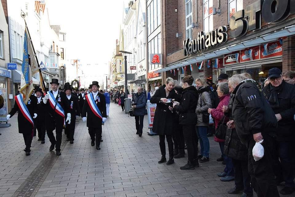 Dicht gedrängt stehen die Zuschauer in der Friedrichstraße.