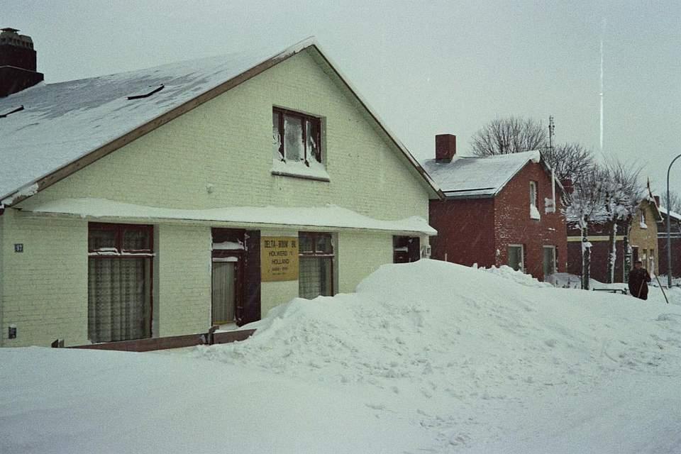 """Das Foto zeigt die Hauptstraße in Averlak. Torsten Lüdemann aus Brunsbüttel schreibt dazu: """"Ich war damals 20 Jahre alt und war beim FA Heide beschäftigt konnte aber aufgrund der Verkehrslage nicht mehr nach Heide kommen. Als Techniker stand ich somit in Bereitschaft um gegebenenfalls örtlich Fernmeldetechnik zu reparieren. Zu meinem Glück ist aber damals im Ortsnetz Eddelak keine Störung aufgetreten. Somit konnte ich meinem Vater helfen, unsere Hauseingänge freizuschaufeln."""""""