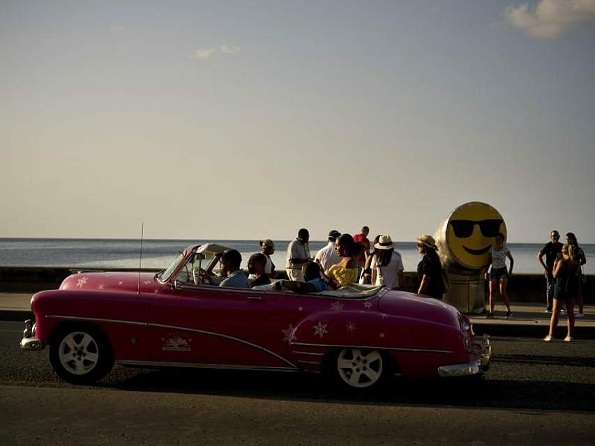 Kuba wie man es sich vorstellt. Ein Oldtimer fährt während der Eröffnung der 13. Biennale an der Küste der der Hauptstadt Havanna entlang. Foto: Ramon Espinosa/AP
