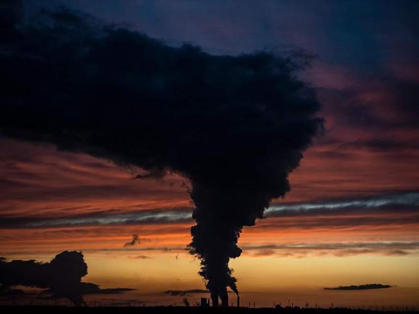 Hinter dem Braunkohlekraftwerk Niederaußem geht die Sonne unter. Foto: Federico Gambarini/dpa