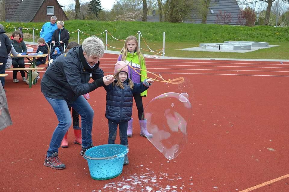 Spaß mit Riesenseifenblasen.