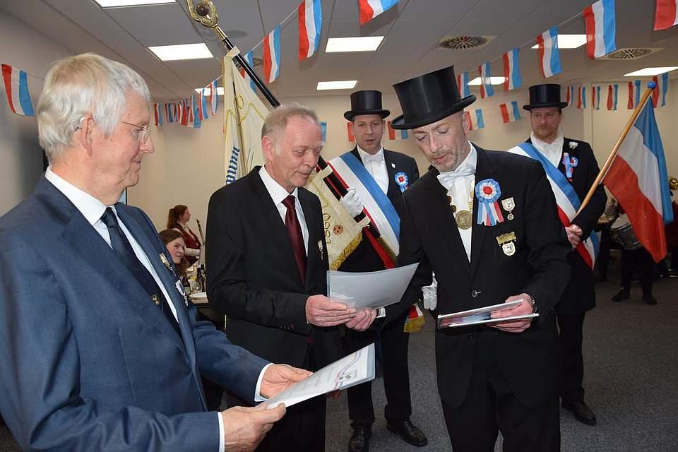 Der 1. Föhrer Thies Pohlmann (rechts) ehrt die langjährigen Eggenmitglieder Dr. Reiner Treusch (links) und Horst Zigler.