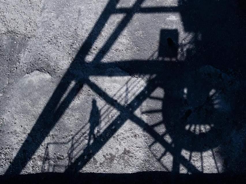 Steinkohle lagert im Kohlehafen des Kohlekraftwerks Mehrum im Landkreis Peine. Bei einem Spitzentreffen im Kanzleramt geht es um ein Gesamtpaket zum geplanten Kohleausstieg mit Milliarden für die betroffenen Regionen. Foto: Julian Stratenschulte/dpa