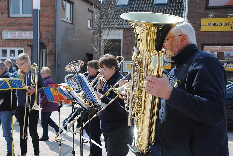 Der Dithmarscher Posaunenchor spielte zur Eröffnung der Meldorf-Woche.