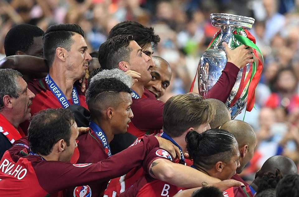 Der große Moment: Ronaldo hebt den EM-Pokal in den Pariser Nachthimmel. Foto: Kneffel