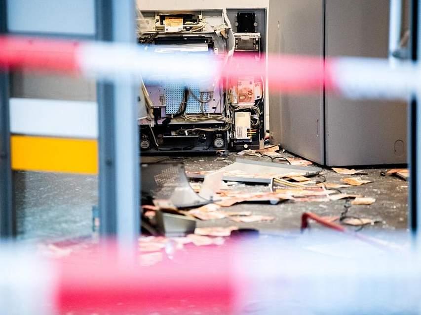 Automatenknacker haben in Augsburg eine Bankfiliale verwüstet hinterlassen. Die Täter flohen nach der Explosion - ob sie Geld erbeuteten und mitnahmen, konnte die Polizei zunächst nicht sagen. Foto: Matthias Balk/dpa