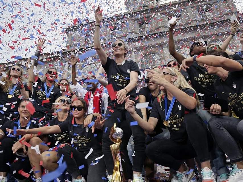 Die Fußballerinnen der USA feiern den Gewinn der Weltmeisterschaft mit einer Konfetti-Parade am New Yorker Rathaus. Foto: Seth Wenig/AP