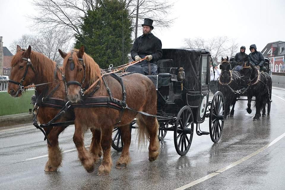 Gut geschützt vor dem Regen sind die Fahrgäste der Kutschen.