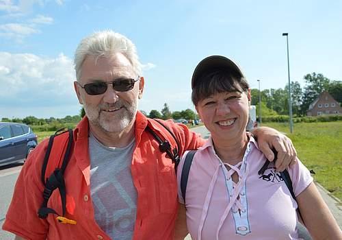 """Wir waren schon vor 19 Jahren auf einem Konzert in Hamburg"""", sagt Ellen Meckel aus Itzehoe. Sie und ihr Mann Volker waren begeistert von der Stimmung und seiner Authentizität. Deswegen wollen sie Grönemeyer unbedingt ein weiteres Mal erleben. Besonders freuen sie sich auf die Lieder Männer und Bochum."""