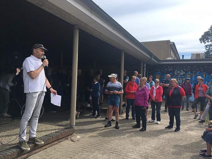 Sönke Boyens begrüßte die Teilnehmer vor dem Start auf dem Schulgelände in Lunden.