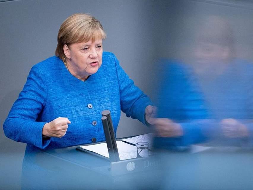 Bundeskanzlerin Angela Merkel spricht bei der Generaldebatte im Deutschen Bundestag und ruft dabei angesichts weltweiter Kräfteverschiebungen zu einer engeren Zusammenarbeit in der Europäischen Union auf. Foto: Kay Nietfeld