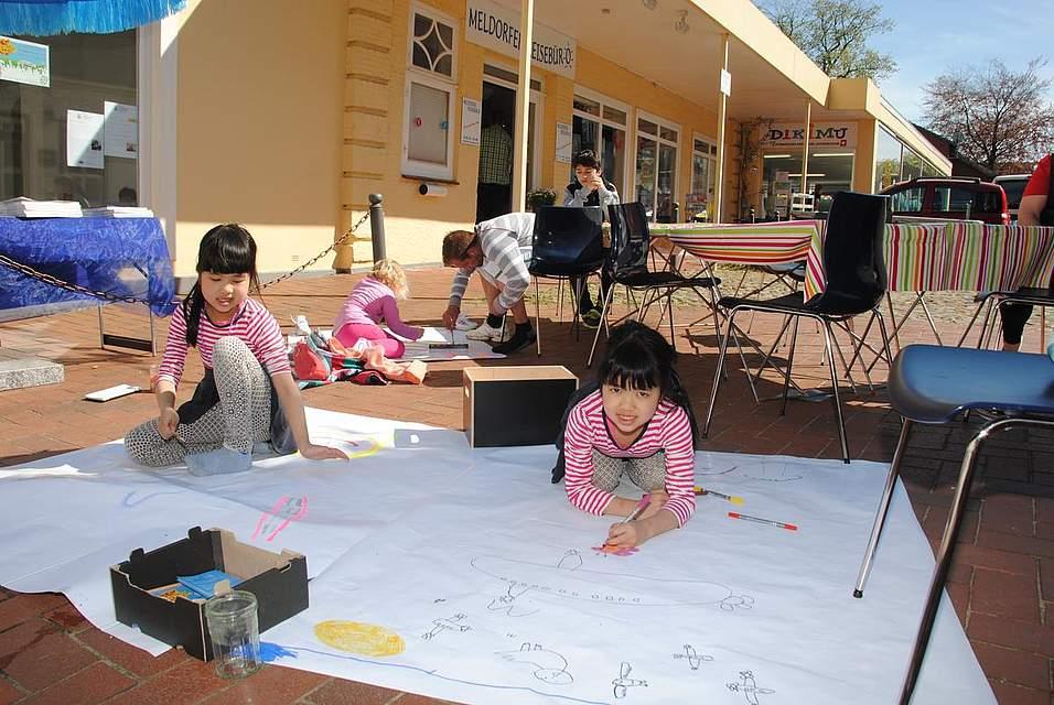 Hier wurden Tusche und Filzstifte schwer beansprucht: Vor dem Dikimu durften Kinder malen, wonach ihnen der Sinn stand.