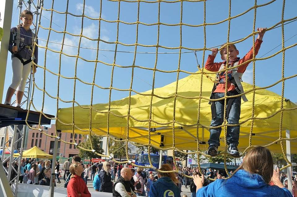 Spannenden Spaß bot der Kletterpark. Hier hängt Dominique Pascal Ahrens in den Seilen. Foto: Voß