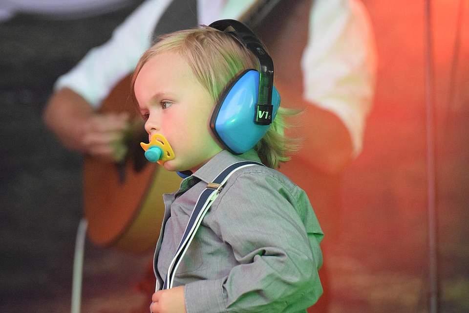 Der jüngste Kelly-Spross William stand nur am Anfang mit auf der Bühne und musste dann ins Bett. Fotos: Müller