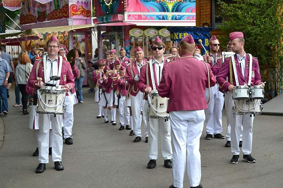 Der Spielmannszug des TSV Nordhastedt spielt beim Volksfest auf.