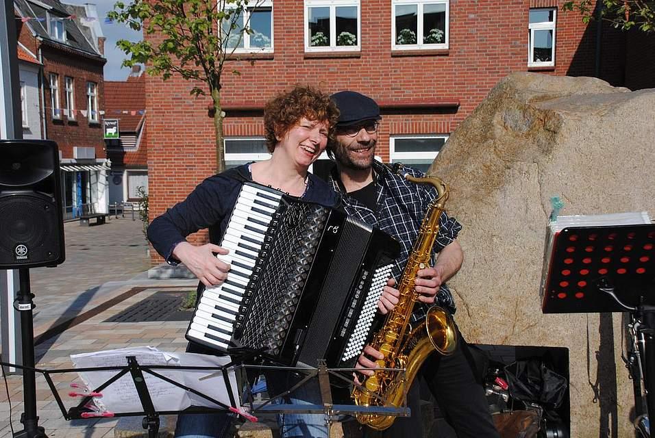 Das Duo Ten Den Zen mit Anette Steffens und Daniel Faust spielte während des öffentlichen Picknicks.