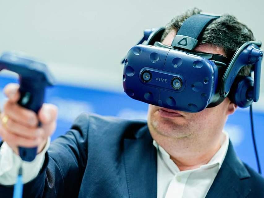 Hubertus Heil besucht den Chemiekonzern BASF und probiert dort eine Virtual-Reality-Brille aus. Der Bundesarbeitsminister ist auf Sommerreise. Foto: Uwe Anspach