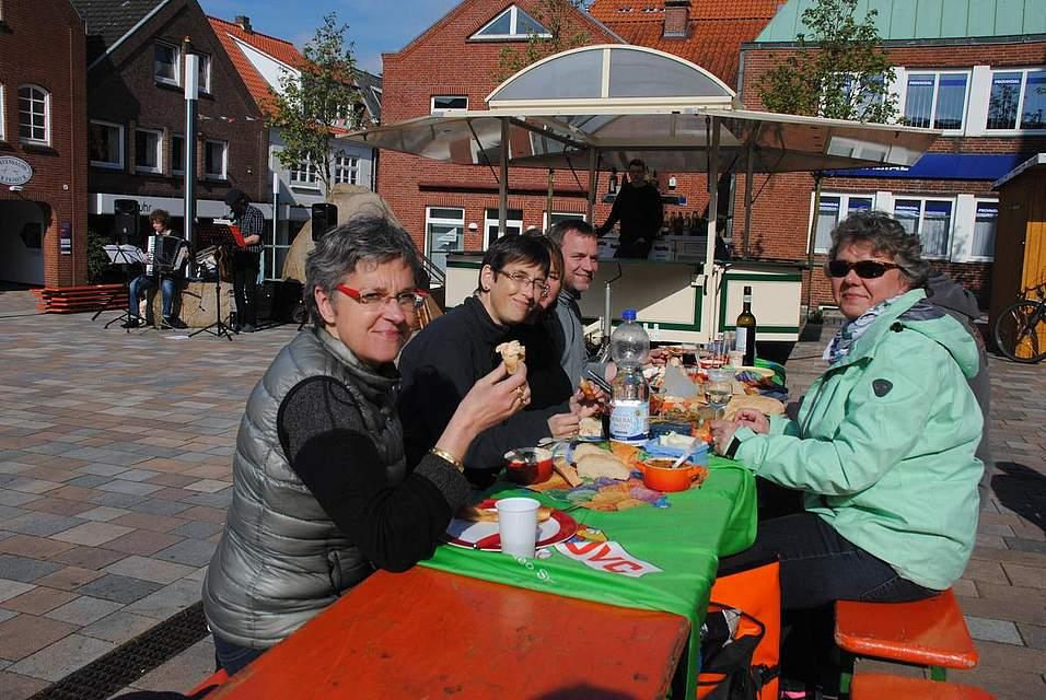 In der Sonne und bei dann doch angenehmen Temperaturen ließen sich zahlreiche Besucher das Essen schmecken.