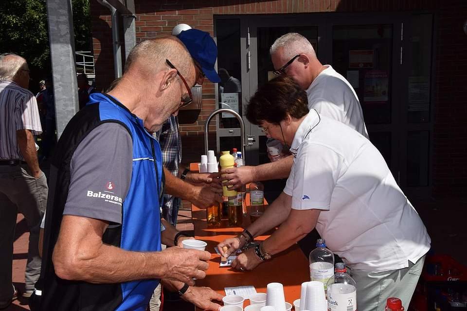 In Elpersbüttel versorgten Mitarbeiter von Boyens Medien die Radfahrer mit Getränken.
