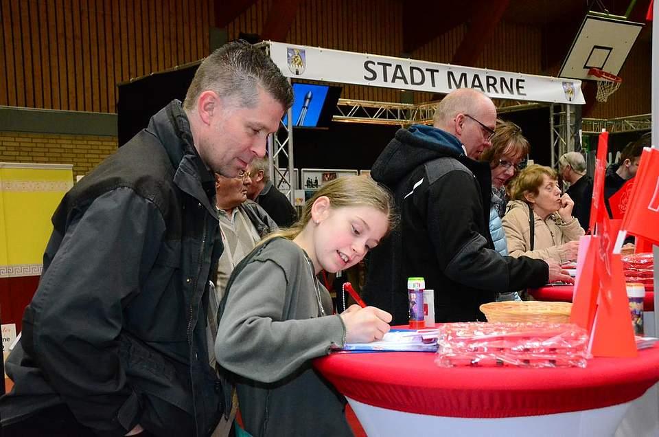 Viele versuchen ihr Glück beim Gewinnspiel der Sparkasse Westholstein.