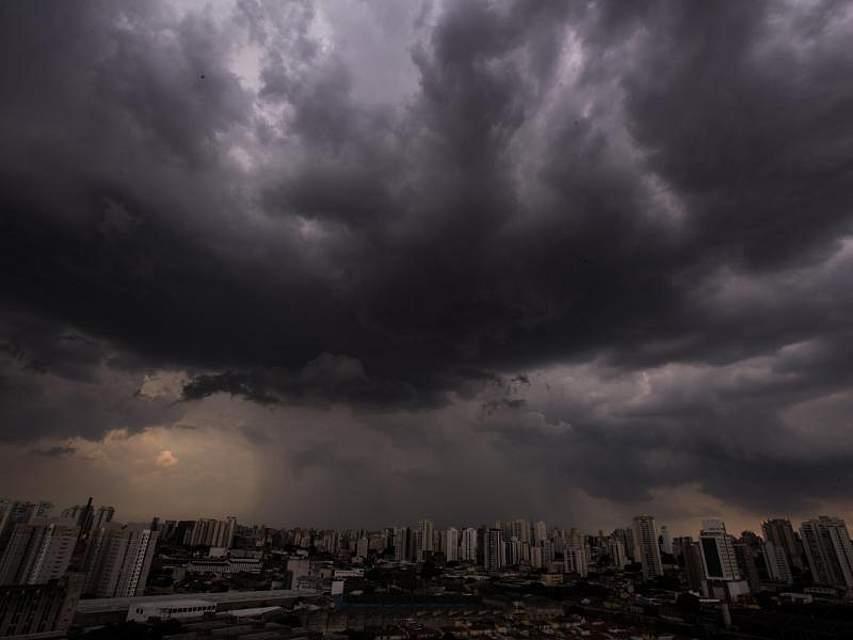 Bedrohlich dunkle Wolken ziehen über die brasilianische Metropole Sao Paulo. Foto: Andre Lucas