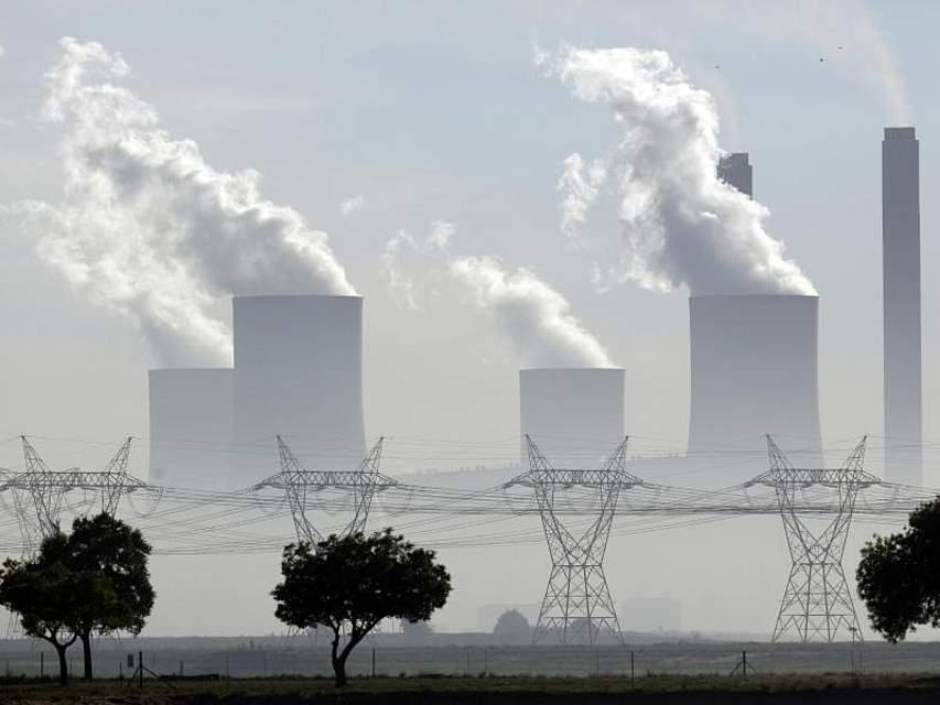 Aus den Kühltürmen des Lethabo-Kraftwerks in Vereeiniging unweit von Johannesburg steigt Wasserdampf. Foto: Themba Hadebe/AP