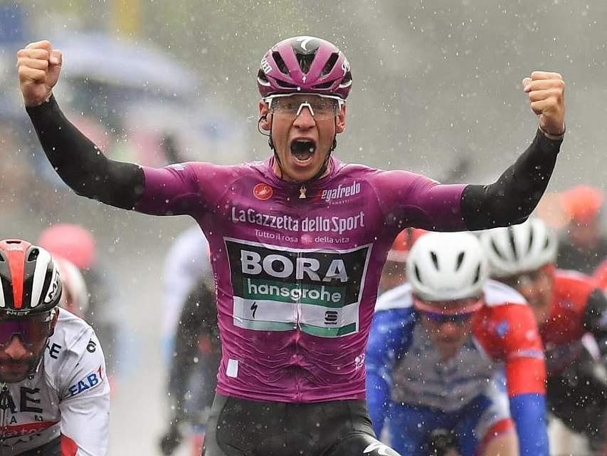 Pascal Ackermann reißt die Arme hoch. Der deutsche Radprofi vom Team Bora-hansgrohe hat beim 102. Giro d'Italia seinen zweiten Etappensieg eingefahren. Er setzte sich nach 140 Kilometern von Frascati nach Terracina im Massensprint durch. Foto: Gian Mattia D'alberto/Lapresse via ZUMA Press