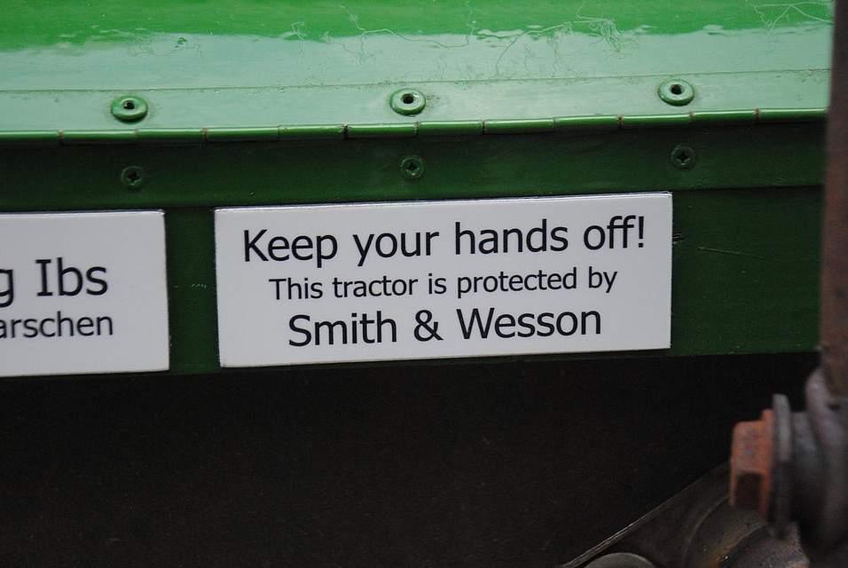 Mit einem Augenzwinkern: Hände weg. Dieser Trecker wird geschützt durch Smith & Wesson, steht auf dem Schild.