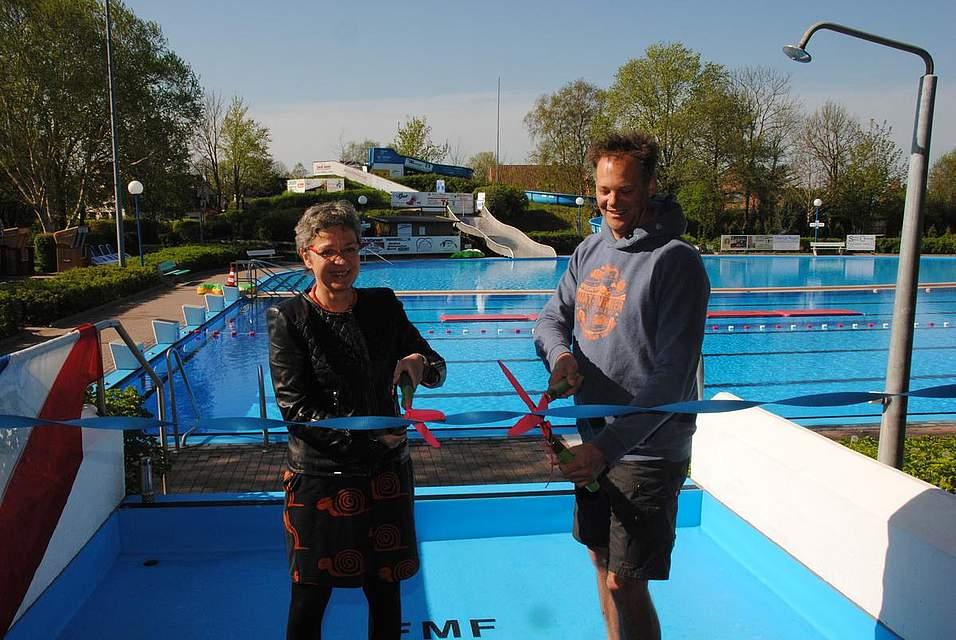 Mit ausrangierten Heckenscheren mussten Bürgermeisterin Anke Cornelius-Heide und FMF-Vorsitzender Roland Wollatz ein Stück Folie durchschneiden - was sich als Herausforderung entpuppte.