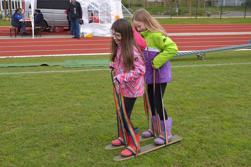 Fit and fun: Zoe Terbille und Jolina Susa auf dem Doppelski.