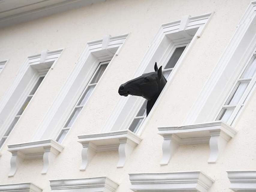 Ein Pferdekopf aus Plastik lugt aus einem Gasthauses in der Darmstädter Innenstadt. Foto. Arne Dedert Foto: Arne Dedert