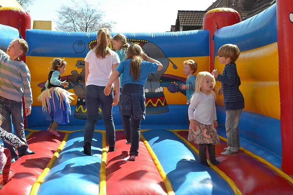 Kindernachmittag: Spaß in der Hüpfburg.