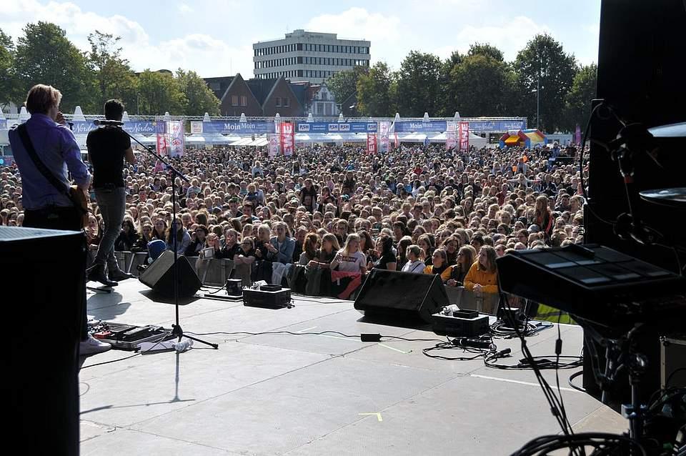 Die Musiker, hier Jeden Tag Silvester, speilten auf dem Heider Marktplatz vor Tausenden von Fans. Foto: Voß