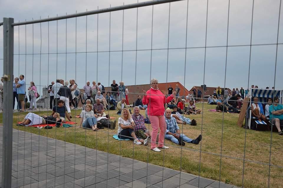 Rockkonzert auf die entspannte Art: Von Picknickdecken und Strandkörben aus lauschten viele rechts und links des Konzertbereiches der Musik. Foto: Müller