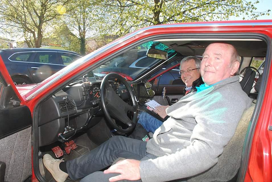 Bernd Böing (links) und Werner Lafin sind mit zahlreichen Stoppuhren, zwei Handys und einem Tablet am Armaturenbrett ausgerüstet, damit sie die Zeitvorgaben einhalten.