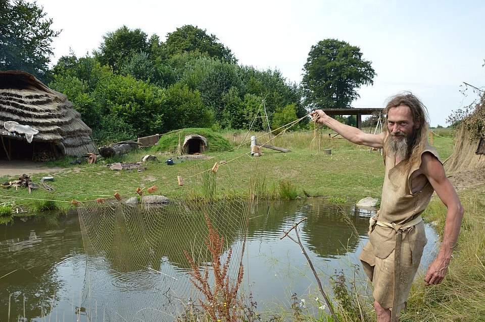 Chris Pallasch zeigt das Netz, mit dem die Forscher Forellen fangen wollen.
