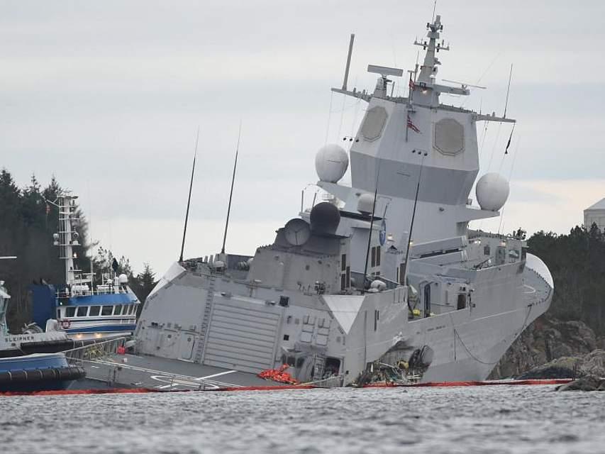 Die norwegische Fregatte «KNM Helge Ingstad» liegt nach einer Kollision mit dem Tanker «Sola TS» im Wasser. Foto: Hommedal, Marit/NTB scanpix