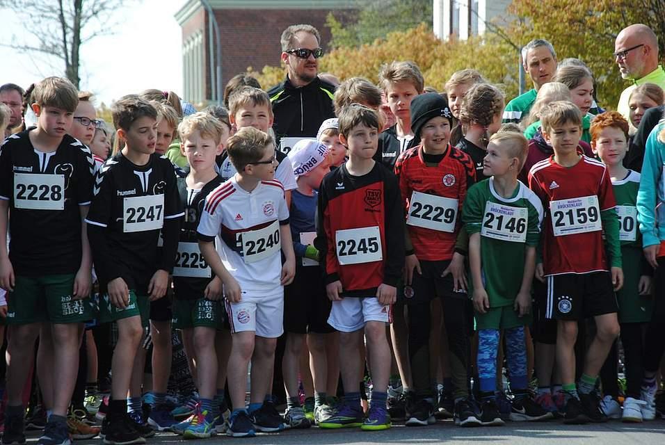 Gleich geht es los: Die Kinder und Jugendlichen warten auf den Startschuss über die 2,6 Kilometer lange Strecke.
