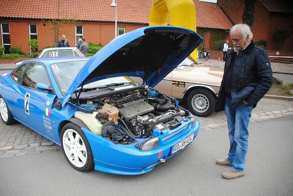 Eine Rarität: Der Fiat Coupe 20V Turbo von Rainer Hippel aus Breiholz. Der 280 PS Motor ist so groß, dass kaum mehr Platz im Motorraum ist.